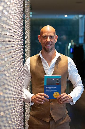 Buchautor Markus Czerner mit seinem neuesten Werk Mit mentaler Stärke zum Ziel