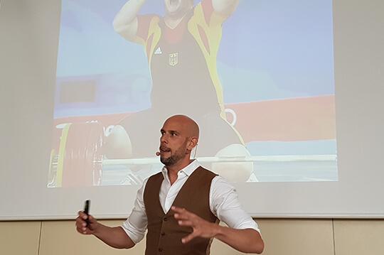 Markus Czerner bei seinem Vortrag vor Lehrern und Eltern der Schüler